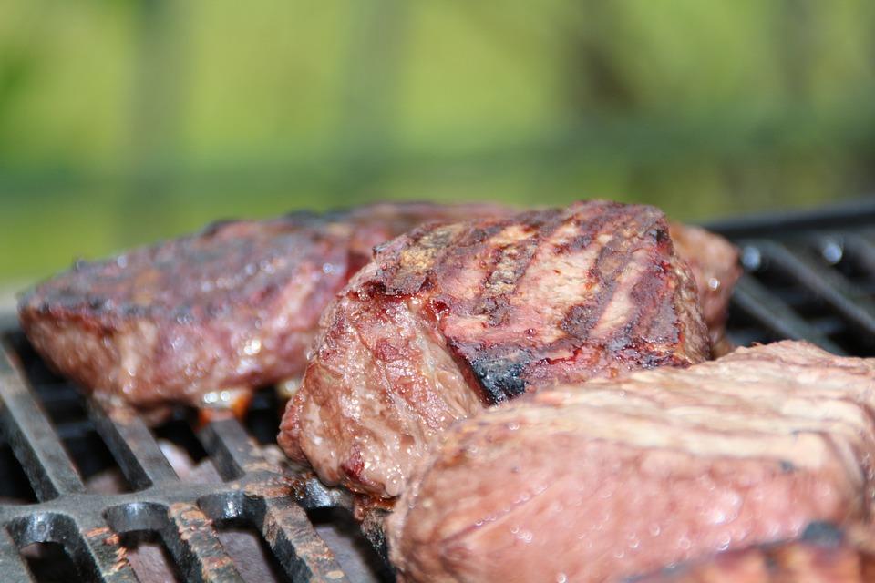stek na grillu