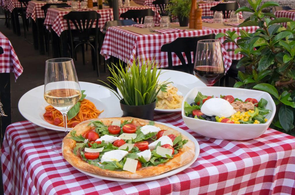 pizza we włoskiej restauracji